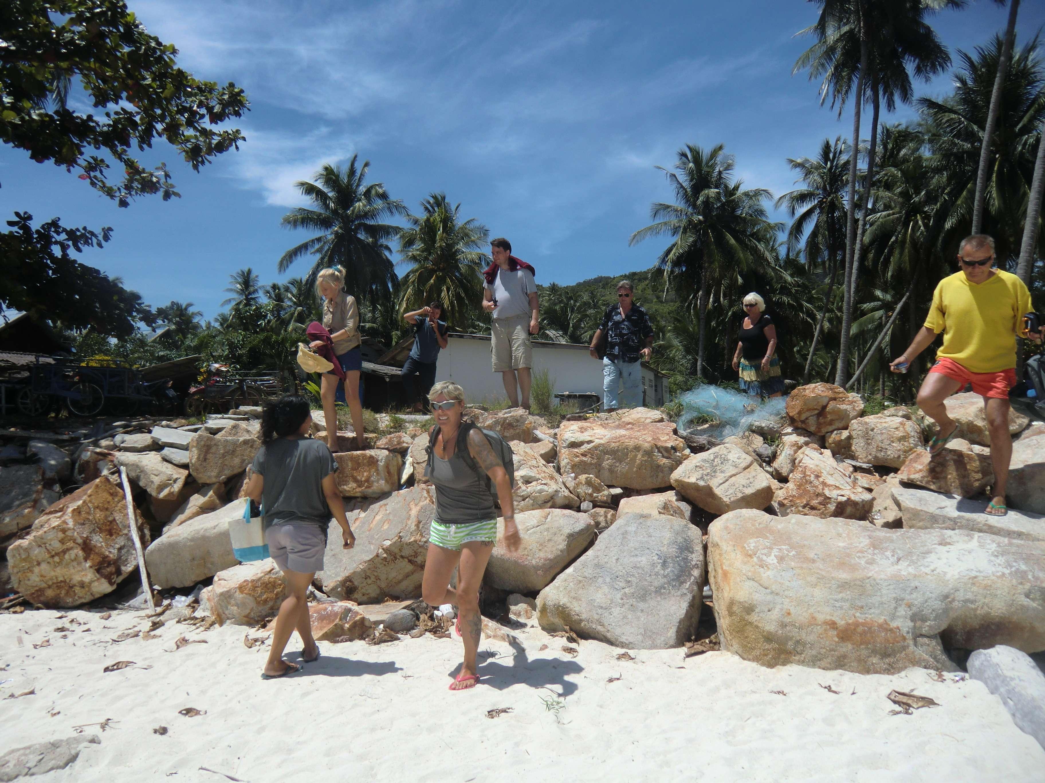 wir erklettern den Strand von Chaloklum